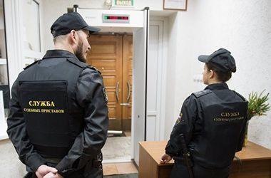 Россиянка спряталась от судебных приставов в ведре и прикинулась линолеумом