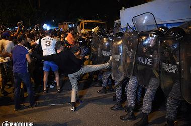 В Ереване полиция задержала 50 человек около захваченного здания ППС
