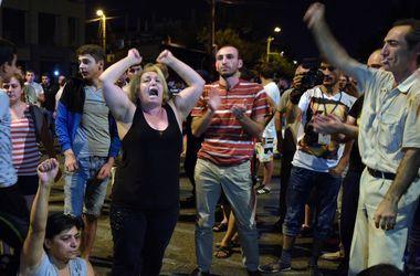 Примененные полицией светошумовые гранаты подожгли дом в Ереване
