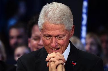 Билл Клинтон уснул во время предвыборной речи своей жены