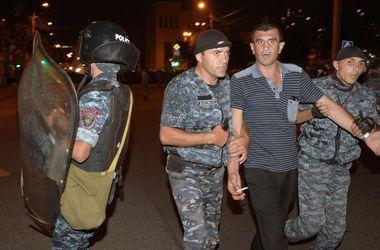 В Ереване на митинге оппозиции мужчина облил себя бензином и поджег