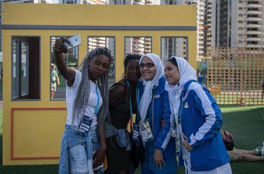 Совместное селфи спортсменок Бенина и Ирана перед стартом Олимпиады