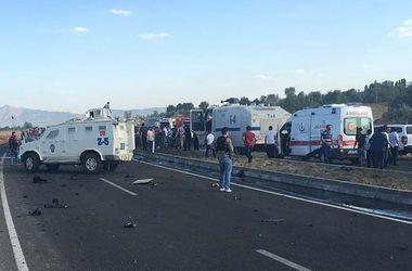 В Турции курды подорвали полицейский броневик, есть жертвы