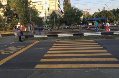 В Киеве появился переход, который упирается в отбойник