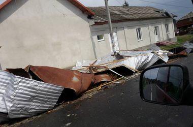 Ураган на западе Украины: летающие деревья, сорванные крыши и обесточенные дома