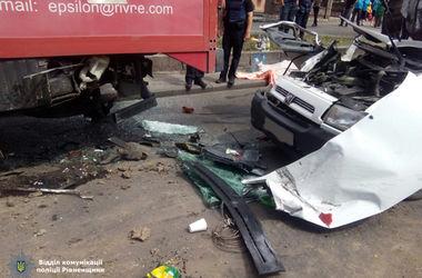 В Ровно микроавтобус влетел в грузовик: есть жертвы