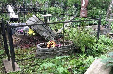 Во Львовской области парень разгромил 150 могил на кладбище