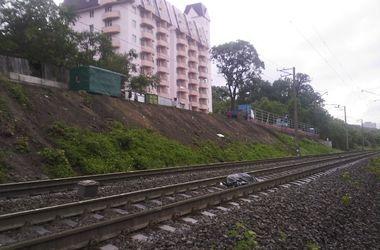 В Киеве молодой парень попал под поезд и погиб