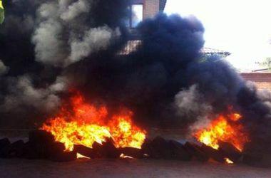 Под Киевом возле дома матери Розенко активисты подожгли шины