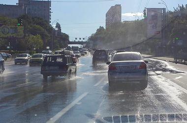 В центре Киева горячая вода затопила дорогу