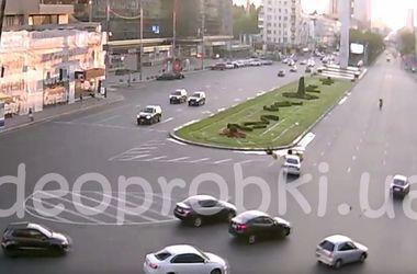 Жуткая авария в Киеве: мотоциклист сделал сальто в воздухе