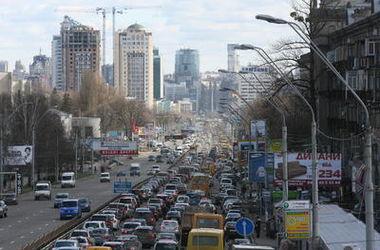 В Киеве - большие пробки: ТОП-5 самых проблемных дорог (инфографика)
