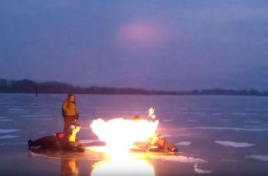 Национальная норвежская забава: жечь пузыри метана во льду