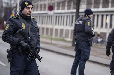В Дании мужчина залез на крышу центра для беженцев и угрожает себя взорвать