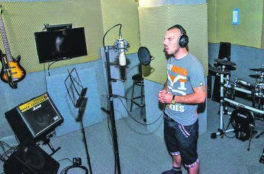 В студии. Над каждой песней бойцы работали до полутора часов. Фото: Пресс-служба ОГА