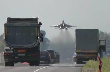 Украинские истребители совершил посадку прямо на автотрассе