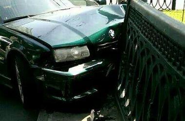 В центре Киева машина протаранила железную ограду