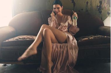 Кендалл Дженнер без белья украсила обложку американского Vogue