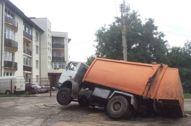 В Харькове мусоровоз ушел под асфальт