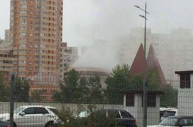 В Киеве горит паркинг на Позняках
