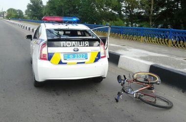 Велосипедист разбил головой стекло полицейской машины