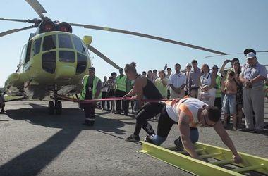Россиянка сдвинула с места вертолет Ми-8