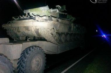 Под Мариуполем автомобиль врезался в тягач с военной техникой