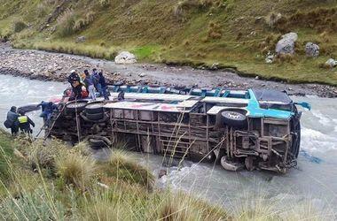 В Непале автобус рухнул в ущелье, более 20 погибших