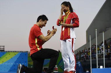 Китайский спортсмен сделал предложение девушке, когда ту награждали медалью на Олимпиаде