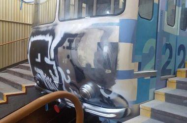 Киевский фуникулер разрисовали вандалы