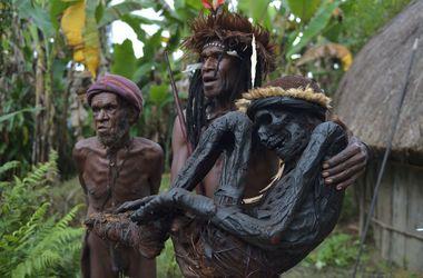 Жуткие кадры: в Индонезии аборигены откопали и нарядили мумии родственников