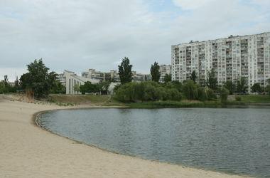 В Киеве на озере мужчина порезал ножом двух парней