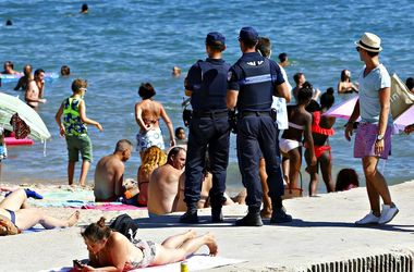 В Каннах после запрета буркини оштрафовали трех любительниц скромных купальников