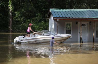 Катастрофическое наводнение в США: люди пересели на лодки, спасают жилье и животных