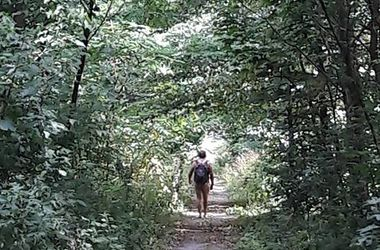 В Киеве по Дорогожичам гуляет абсолютно голый мужчина