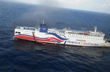 В Карибском море загорелся паром, эвакуированы более 500 человек