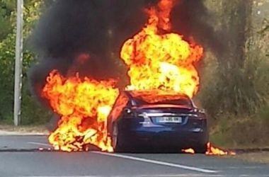 Автомобиль Tesla во время тест-драйва вспыхнул и сгорел дотла