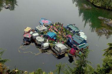 Семейная пара построила плавучий дом весом в 500 тонн