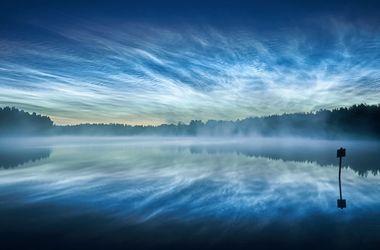 Астрономы сняли необыкновенное свечение серебристых облаков над озером