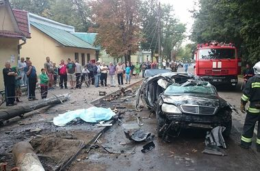 """На Прикарпатье """"Мерседес"""" разорвало на части: есть жертвы"""