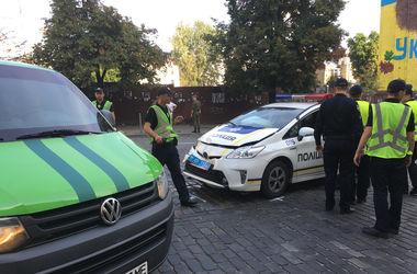 В Киеве на перекрытой улице патрульные врезались в инкассаторскую машину