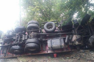 В Киеве на мокрой дороге опрокинулся грузовик