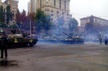 Военный парад в Киеве: дым, танки и БТРы