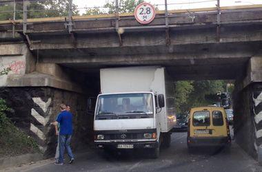 В Киеве грузовик застрял под мостом