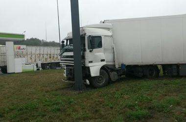 В Киеве на мокрой дороге фура