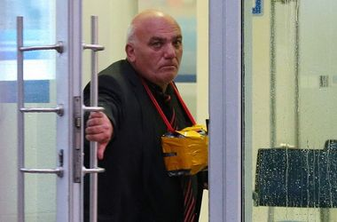 В центре Москвы мужчина взял заложников и угрожает взорвать банк