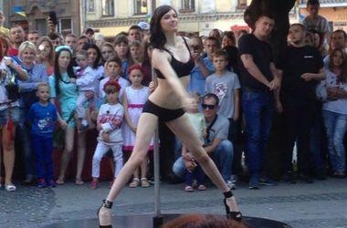 В центре Львова погулолые девушки танцевали стриптиз перед детьми