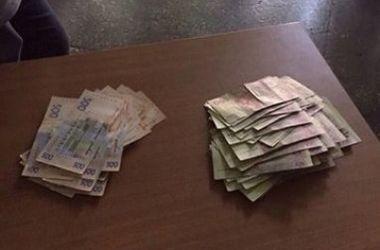 В Киеве задержали чиновника на взятке в 50 тысяч гривен