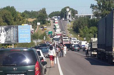 Возле Львова  перекрыта  международная  трасса: селяне  ждут Садового