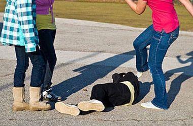 """Российские подростки сняли на видео жестокое избиение девочки на """"стрелке"""""""